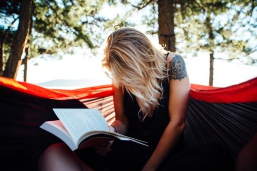 Gerbiu visus, kurie ir vasarą nesiskiria su knyga
