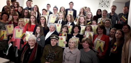 """Apdovanoti konkurso """"Lietuvos kovų už laisvę ir netekčių istorija"""" laureatai"""