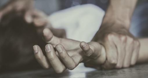 Merginos užpuolimu kaltinamam kovotojui - grasinimai mirtimi
