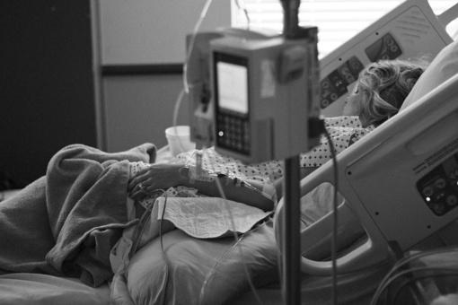 Dėl gydytojų klaidos gimdydama mirė jauna moteris