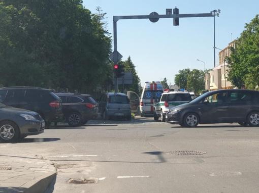 Šiauliuose automobilis rėžėsi į šviesoforą (vaizdo įrašas)