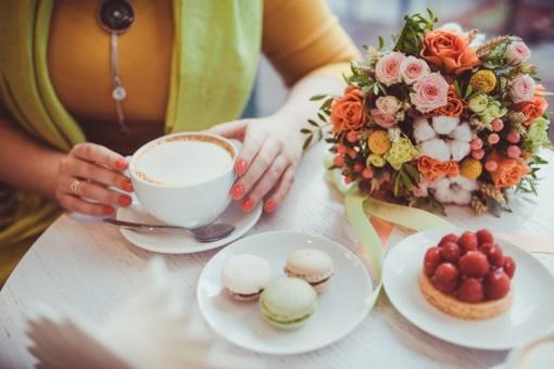 Apie kavą ir gėles pakiliai