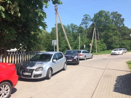 Atėjus vasarai Melnragėje gyventojai ir turistai pykstasi dėl automobilių