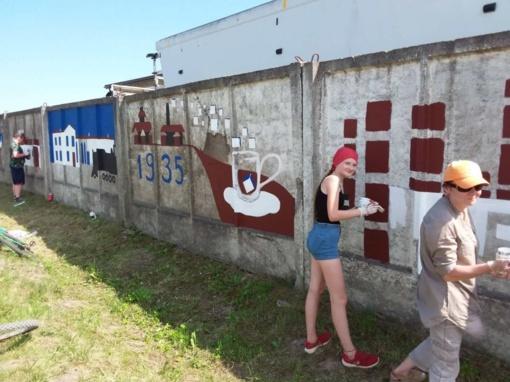 Kuršėnų istoriją pasakoja Meno mokyklos mokinių vasaros plenero kūrinys ant tvoros