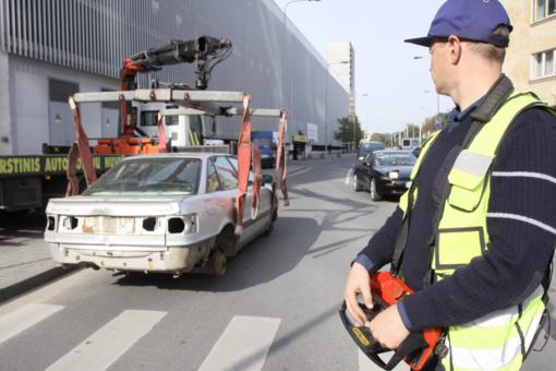 Vilnius bandys valytis nuo kiemuose riogsančių apleistų automobilių