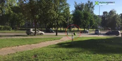 Prie mokyklos – sėdintis eismo reguliuotojas (vaizdo įrašas)