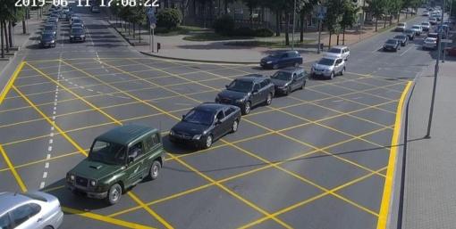 Geltonais kvadratais pažymėtojo sankryžoje būkite atidūs, nes gresia baudos!