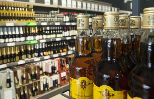 """Ar riboti prekybos alkoholiu laiką bare """"Čiba"""", spręs Taryba"""