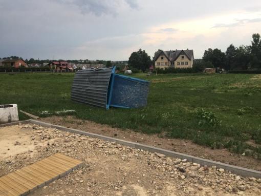"""Vėtra siautė ne tik Šiauliuose – Kuršėnuose """"skraidė"""" autobusų stotelės"""