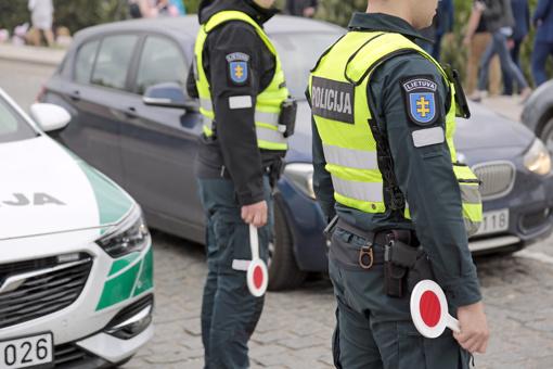 Griovyje – ir girto vairuotojo, ir policijos automobilis