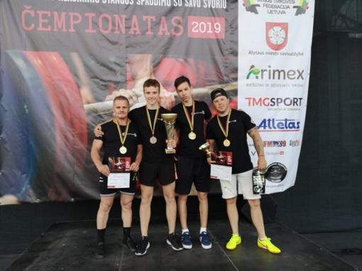 Lietuvos savo svorio štangos spaudimo čempionate – varėniškių triumfas ir 14 medalių