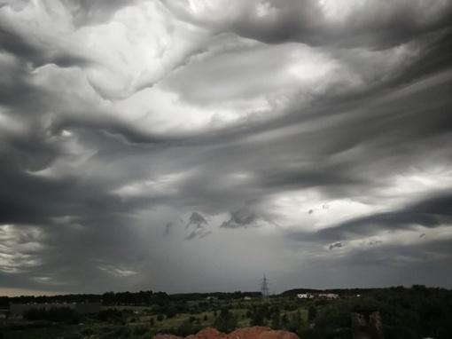 Sekmadienį Lietuvoje pasirodę išskirtiniai debesys atėmė žadą (fotogalerija)