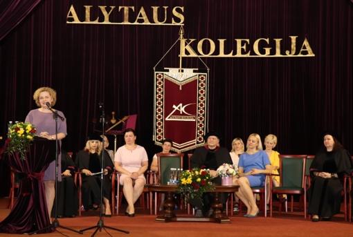 Aukštojo mokslo diplomai įteikti septynioliktai Alytaus kolegijos absolventų laidai