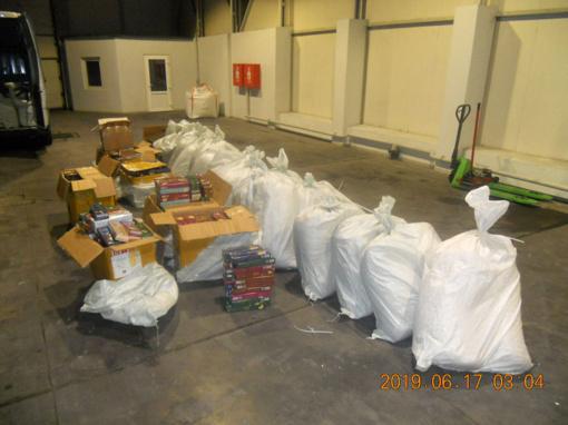 Į Kaliningradą pašto siuntas gabenusiame automobilyje muitininkai aptiko vandens pypkių tabako kontrabandą