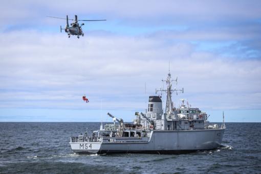Kariuomenės sraigtasparnis iš skendusios jachtos išgelbėjo aštuonis žmones