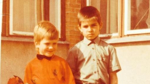 Nuotraukoje – žinomas didžėjus su broliu: ar atpažįstate?