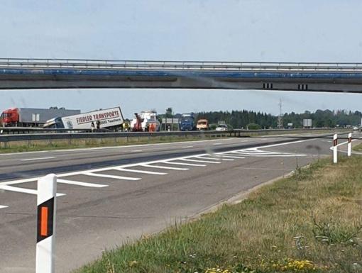 Širvintų rajone susidūrė krovininis automobilis ir BMW