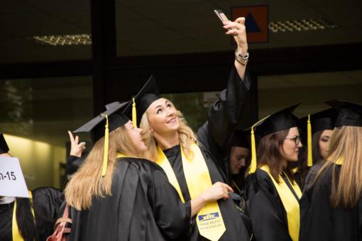 Panevėžio kolegijos absolventams iškilmingai įteikti diplomai