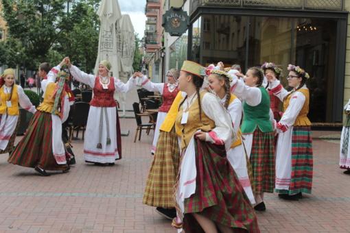 Šiaulių gatvėse – pasaulio tautų šokiai
