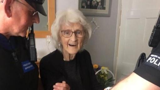 Jungtinės Karalystės policija suėmė senolę, nes ji pati to norėjo