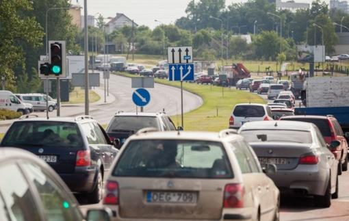 Dūmijantys automobiliai gatvėse: baudžia simboline bauda, bet pašalinti iš eismo – negali
