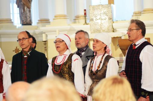 Folkloras skambėjo ir tarp katedros skliautų