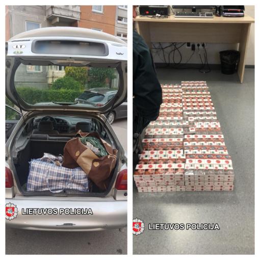Sustabdytame automobilyje Klaipėdos patruliai aptiko 2000 kontrabandinių cigarečių pakelių