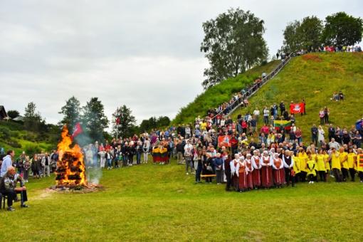 Valstybės dienos šventė prie Merkinės piliakalnio buvo skirta miestelio jubiliejiniams metams