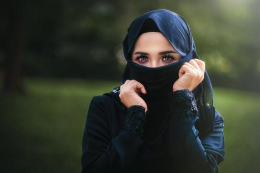 Saudo Arabijos moterims planuojama leisti vykti į užsienį be globėjo leidimo