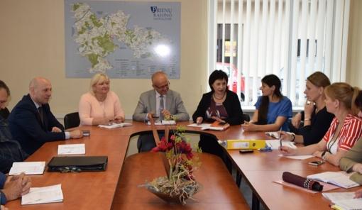 Seniūnų pasitarime aptarti aktualūs klausimai – nuo atliekų tvarkymo, socialinių būstų priežiūros iki kovos su Sosnovskio barščiais