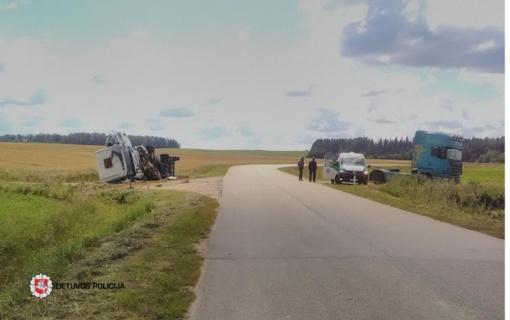 Plungės rajone vilkiko nesuvaldęs vairuotojas atsidūrė griovyje