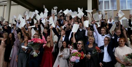 """Druskininkų """"Ryto"""" gimnazijos abiturientams įteikti diplomai ir stipendijos"""