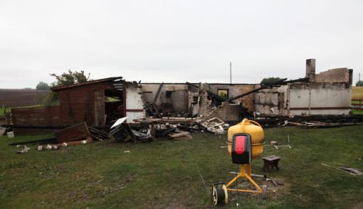 Nuo ūkinio pastato vos neužsiliepsnojo namas