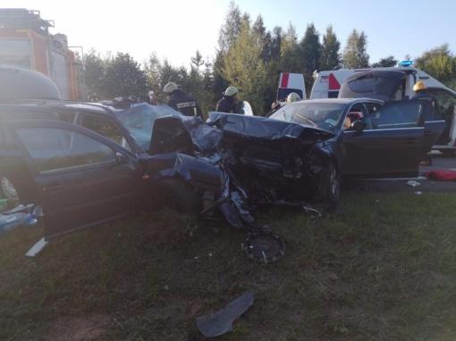 Avarija Ukmergės rajone: susidūrė trys automobiliai, nukentėjo 8 žmonės, uždarytas kelias