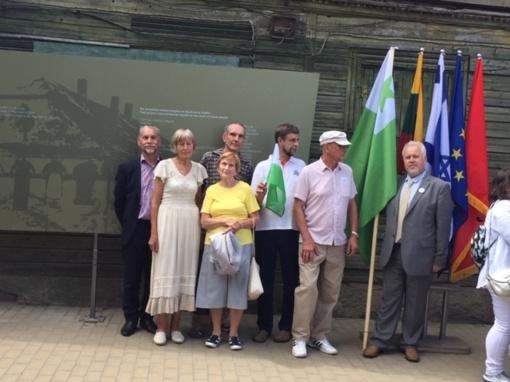 Jurbarko esperanto klubo nariai svarbiame Jurbarko renginyje Sinagogos aikštės memorialo atidaryme