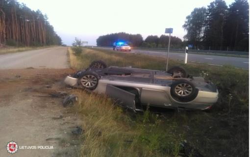 Šiaulių rajone nuo kelio nulėkė BMW