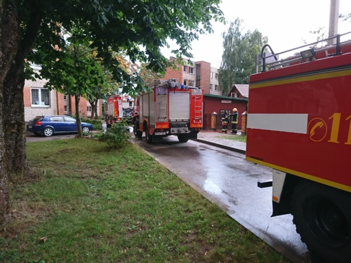 Ugniagesiai išgelbėjo didžiąją dalį degusio pastato