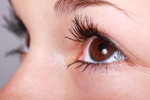 Kaip pakelti nukarusius akių vokus? Japoniškas 1 minutės metodas