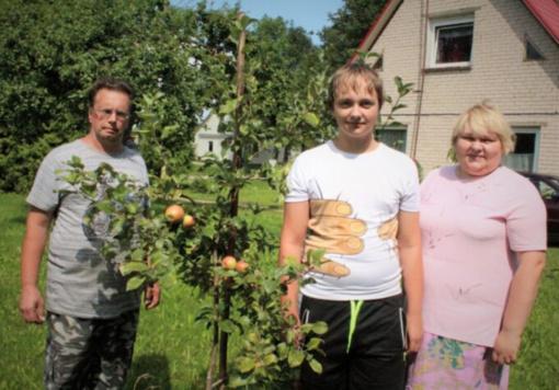 """Laimėjo TV laidos """"Svajonių sodai"""" konkursą ir jau džiaugiasi obuolių derliumi"""