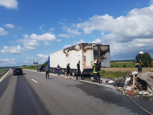 Kelyje Klaipėda – Vilnius užsidegė vilkikas