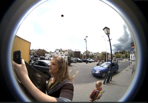 Policija prašo atpažinti moterį, pasisavinusią kavos aparatą (papildyta)