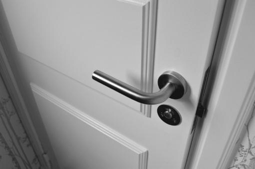 Buvęs sutuoktinis laužė visaginietės buto duris