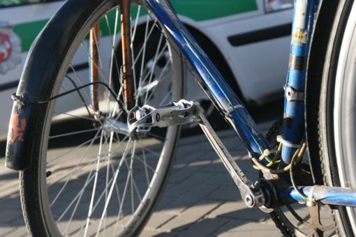 """Panevėžyje """"Audi A8"""" vairuotojas sužeidė garbaus amžiaus dviratininką"""