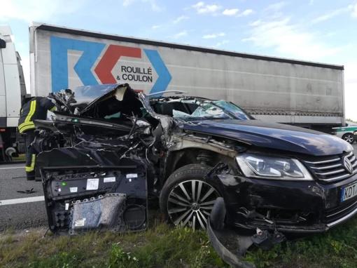 Ukmergės rajone susidūrė krovininis ir lengvasis automobilis, yra prispaustas žmogus