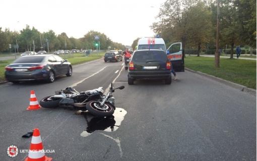 Motociklas trenkėsi į automobilį