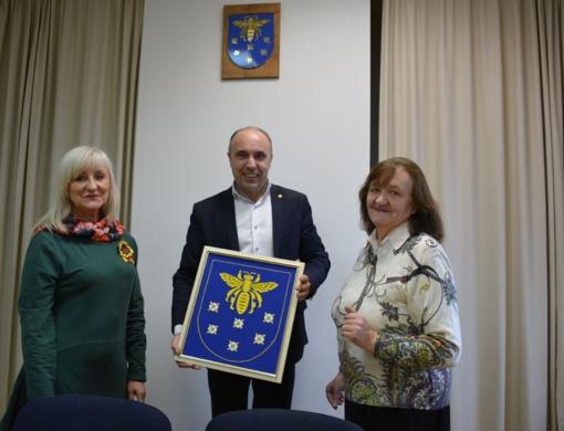 Savivaldybės posėdžių salę puošia siuvinėtas Varėnos herbas