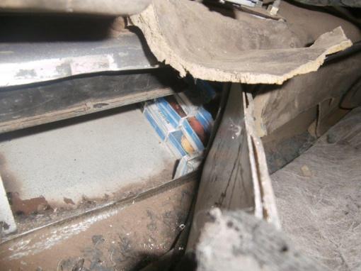 Lengvojo automobilio gamyklinėse ertmėse slėptos kontrabandinės cigaretės