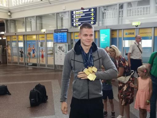 Į Lietuvą grįžęs plaukikas D. Rapšys: M. Kalnietis domėjosi, ar lagamine nėra viršsvorio su medaliais
