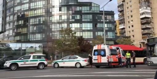Sostinės centre automobilis sužalojo dvi į gatvę išbėgusias paaugles