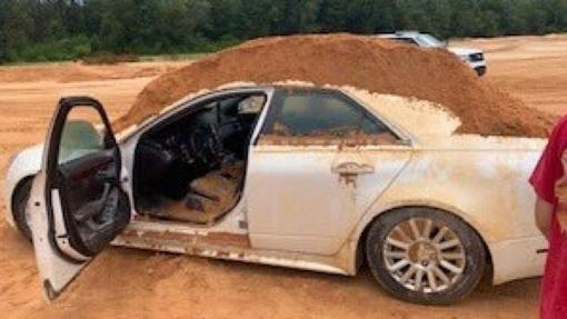 Kerštaudamas vyras ant savo merginos mašinos užpylė kalną žemių
